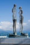 阿里和Nino,巴统未来派移动的金属雕塑爱  库存图片