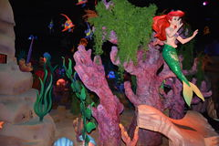 阿里埃勒小的美人鱼-不可思议的王国华特・迪士尼世界戏弄-在海下 库存照片