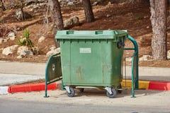 阿里埃勒- 2017年1月03日:在街道上的垃圾箱在阿里埃勒,是 免版税库存照片