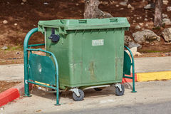 阿里埃勒- 2017年1月03日:在街道上的垃圾箱在阿里埃勒,是 库存图片