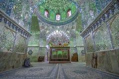 阿里Ibn Hamza寺庙被反映的内部在设拉子,伊朗 图库摄影