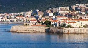 阿雅克修,与古老城堡的沿海都市风景 库存照片