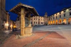 阿雷佐意大利 广场重创和老井 库存照片
