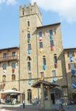 阿雷佐,意大利- 2015年5月:与游人的广场重创的正方形 Ar 库存照片