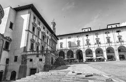 阿雷佐,意大利- 2015年5月:与游人的广场重创的正方形 Ar 免版税图库摄影