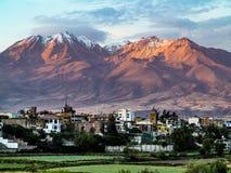 阿雷基帕,有它的偶象火山的查查尼峰秘鲁在backgroun 免版税库存照片