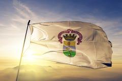 阿雷格里港cityof巴西旗子纺织品挥动在顶面日出薄雾雾的布料织品 皇族释放例证