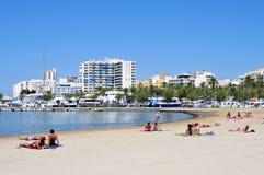 阿雷纳尔海滩在圣安东尼奥,在伊维萨岛海岛,西班牙 免版税库存图片
