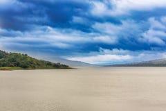 阿雷纳尔火山阿雷纳尔脚步的盐水湖湖在肋前缘R的 免版税库存照片