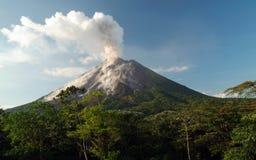 阿雷纳尔肋前缘爆发rica火山 免版税库存图片