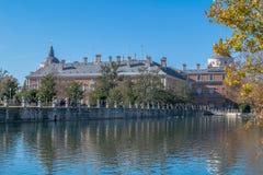 阿雷胡埃斯宫殿在水中反射了在大蓝天下 免版税库存照片