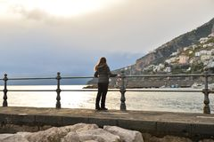 阿马尔菲海岸的女孩 免版税图库摄影