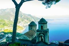阿马尔菲海岸的看法在从美丽的Rufolo庭院的意大利在拉韦洛 免版税库存图片