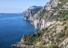 阿马尔菲海岸,与纯粹峭壁南意大利的坚固性海岸线 免版税库存照片