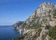 阿马尔菲海岸,与纯粹峭壁南意大利的坚固性海岸线 免版税图库摄影