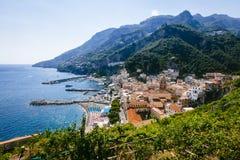 阿马飞、意大利和阿马尔菲海岸镇的看法  免版税库存照片
