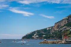 阿马飞小游艇船坞在萨莱诺省的科波拉口岸美丽的景色,褶皱藻属,阿马尔菲海岸,Costiera Amalfitana的区域 免版税图库摄影