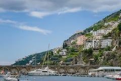 阿马飞小游艇船坞在萨莱诺省的科波拉口岸美丽的景色,褶皱藻属,阿马尔菲海岸,Costiera Amalfitana的区域 免版税库存图片