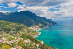 阿马飞马奥莱海岸和镇惊人的看法从拉韦洛村庄,褶皱藻属地区的,在意大利南部 免版税库存图片