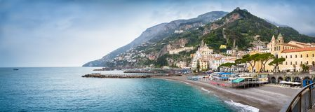 阿马飞,意大利-镇的全景阿马飞海岸的 免版税库存图片