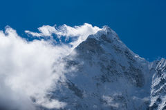 阿马Dabalm与云彩的山峰在上面,珠穆琅玛地区,国家环境政策法案 免版税图库摄影