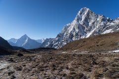 阿马Dablam和Cholatse在Dzongla村庄, Everes的山峰 库存照片