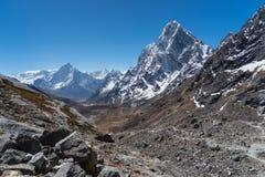 阿马Dablam和Cholatse从雀儿山的山峰视图通过,  免版税图库摄影