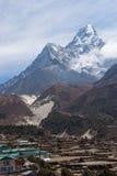 阿马Dablam在Pangboche村庄,珠穆琅玛雷希奥后的山峰 库存图片