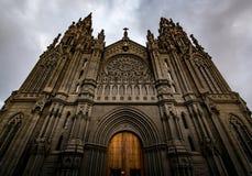 阿鲁卡斯(教会大教堂圣胡安包蒂斯塔)在一多云天,大加那利岛,西班牙 库存图片