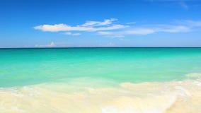 阿鲁巴岛令人惊讶的秀丽白色沙滩  绿松石海水和天空蔚蓝 股票录像