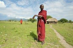 阿鲁沙,坦桑尼亚, 2016年2月07日:站立在房子前面的马萨伊人 库存图片