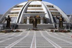 阿什伽巴特,土库曼斯坦- 2014年10月, 15 :Inde纪念碑曲拱  库存图片