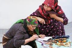 阿什伽巴特,土库曼斯坦- 6月01 两老unidenti画象  免版税库存图片
