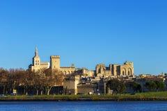 阿维尼翁地平线有教皇宫殿的哥特式大厦的 图库摄影