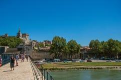 阿维尼翁的历史的中心的大厦的看法,从Pont d `阿维尼翁桥梁 库存图片
