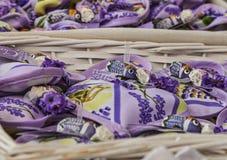 阿维尼翁纪念品小的大袋用淡紫色和蝉 图库摄影