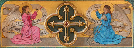 阿维拉,西班牙, 2016年4月- 19日:与十字架的油漆天使在真正的monasterio de Santo Tomas教会旁边法坛  免版税图库摄影