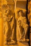 阿维拉,西班牙, 2016年4月- 19日:在大教堂de钦琼特佩克火山南部罗马式门户的左部分的通告雕塑  免版税库存照片