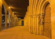 阿维拉,西班牙, 2016年4月- 19日:大教堂与传道者的de钦琼特佩克火山门廓和南部罗马式门户1130 免版税库存图片