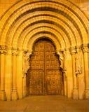 阿维拉,西班牙, 2016年4月- 19日:大教堂de钦琼特佩克火山南部罗马式门户在晚上 库存图片
