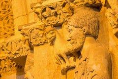 阿维拉,西班牙, 2016年4月- 19日:大教堂de钦琼特佩克火山南部罗马式门户的细节  免版税库存图片