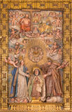 阿维拉,西班牙, 2016年:圣洁家庭被雕刻的多彩安心与圣阿维拉Theresia的  库存照片