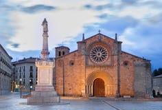 阿维拉-教会Iglesia在黄昏的de圣佩德罗火山门面  免版税库存照片