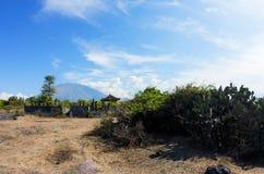 阿贡火山和巴厘语寺庙,巴厘岛 库存图片