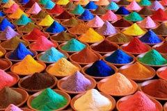 附加芳香烹调烘干了要素食品成分多种自然选择香料 多彩多姿的粉末染料在市场上 免版税图库摄影