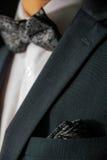 黏附在口袋夜夹克无尾礼服时尚海军佩兹利外面的手帕 图库摄影