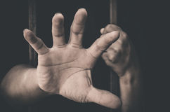 黏附在拘留尝试外面的手 库存图片