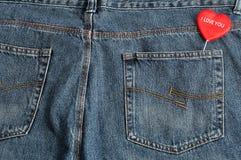 黏附在斜纹布外面的后面口袋的红色心脏 库存图片