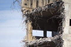 黏附在混凝土建筑外面的钢筋 免版税库存照片