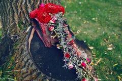 附庸风雅 开花与红葡萄酒大丽花的构成新娘手的 背景装饰详细资料高雅花邀请丝带婚礼 库存图片